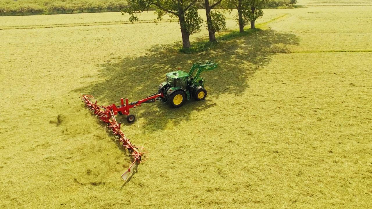 Luftbild Traktor von Speers Hoff lüftet die Gräser für Nager auf den eigenen Marschwiesen